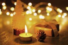 Свеча и орнамент рождества на темной предпосылке стоковое изображение