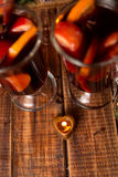 Свеча как сердце близко обдумывала вино на деревянной предпосылке Рождество Новый Год Стоковое Изображение RF