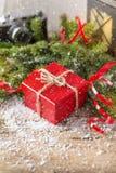 Свеча коробки красного цвета присутствующая и ретро камера с comp рождества снега Стоковые Изображения