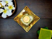 свеча, мыло, и тропические цветки Стоковые Фотографии RF