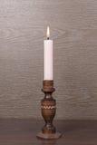Свеча на деревянном подсвечнике Стоковая Фотография