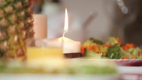 Свеча на таблице праздника видеоматериал