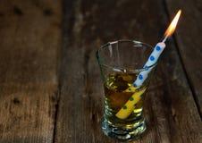 Свеча дня рождения в питье вискиа Стоковые Изображения RF