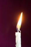 Свеча дня рождения на малиновой предпосылке Стоковые Изображения RF