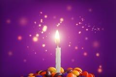 Свеча дня рождения на очень вкусном пирожном с конфетами Стоковая Фотография RF