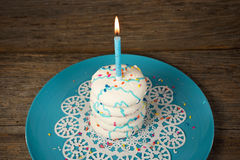 Свеча дня рождения на стоге печенья сахара Стоковые Изображения