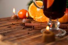 Свеча, оранжевый плодоовощ, ручки циннамона близко обдумывала вино на деревянной предпосылке рождество украшает идеи украшения св Стоковое Изображение