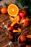 Свеча, оранжевый плодоовощ, яблоко близко обдумывала вино на деревянной предпосылке рождество украшает идеи украшения свежие дома Стоковое Изображение RF