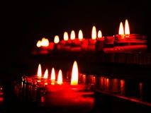 свеча, пламя, свет, огонь, свечи, темнота, свет горящей свечи, чернота, воск, горение, рождество, ноча, ожог, праздник, вероиспов стоковые фото