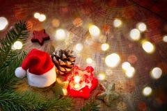 Свеча пришествия с украшением и шляпой рождества Стоковые Изображения
