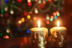 Свеча рождества перед рождественской елкой с сверкная lig Стоковое Изображение RF