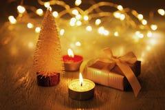 Свеча рождества с настоящим моментом на темной предпосылке со светом стоковые изображения rf