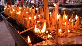 Свеча с освещением огня и с вне светом стоковая фотография rf