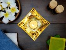 свеча, lacquerware, и тропические цветки Стоковые Фотографии RF