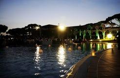 Свечи бассейна, сцена ночи, официальныйо обед сумрака Стоковые Фото