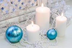 Свечи белого рождества, голубые шарики Стоковое Фото