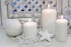 Свечи белого рождества, сияющие украшения Стоковое Фото