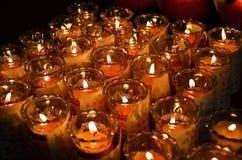 Свечи виска в прозрачных люстрах Стоковые Фотографии RF