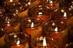 Свечи виска в прозрачных люстрах Стоковая Фотография