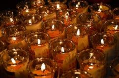 Свечи виска в прозрачных люстрах Стоковое Изображение