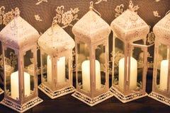 Свечи в красивых декоративных лампах стоковые изображения