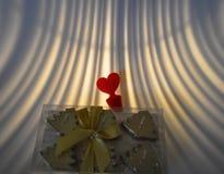 Свечи в подарочной коробке и красном чувствительном сердце Стоковые Фотографии RF