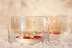 2 свечи в стеклах на снеге стоковые изображения