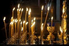 Свечи в стойке в русском правоверном соборе Стоковое Фото