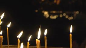 Свечи в темноте церков видеоматериал