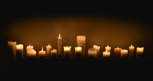 Свечи в темноте стоковая фотография