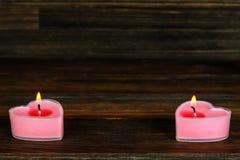 Свечи в форме сердца на деревянной предпосылке Стоковое Фото