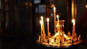 Свечи горя в алтаре перед святыми значками в христианской православной церков церков акции видеоматериалы