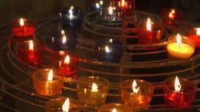 Свечи горя в католической церкви Праздничное зарево в соборе Святое место загоренное пламенами видеоматериал