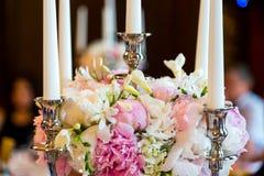Свечи горя в люстре на элегантном обеденном столе стоковое изображение rf