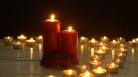 Свечи горя света на белой деревянной таблице акции видеоматериалы