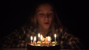 Свечи дня рождения ребенка дуя в ночи, торжестве годовщины детей видеоматериал
