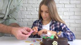 Свечи дня рождения ребенка дуя, дети годовщина, торжество детей стоковые изображения