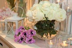 Свечи и белые розы стоковое изображение rf