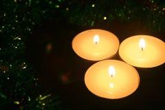 3 свечи и гирлянды рождества Атмосфера Fes tive стоковое фото