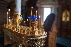 Свечи и конец-вверх лампы Интерьер православной церков церков в пасхе Крестить младенца Церемония a в Кристиане купать Стоковая Фотография