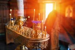 Свечи и конец-вверх лампы Интерьер православной церков церков в пасхе Крестить младенца Церемония a в Кристиане купать Стоковые Изображения