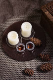 Свечи и конусы на шерстяной шотландке Стоковое фото RF