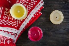 Свечи и красная шотландка Стоковое Изображение