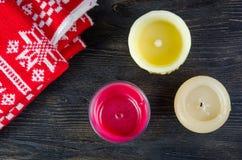Свечи и красная шотландка Стоковое Изображение RF