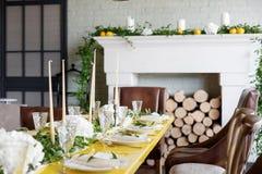 Свечи и кубки на украшенной wedding таблице Селективный фокус Стоковое фото RF
