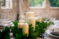Свечи и кубки на украшенной wedding таблице Стоковое Изображение