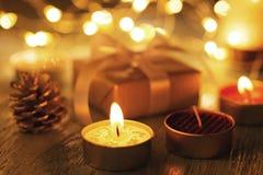 Свечи и орнаменты рождества с bokeh стоковые фото