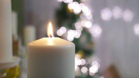 Свечи и орнаменты рождества над темной предпосылкой с светами Стоковое фото RF