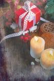 Свечи и подарки украшений рождества Стоковые Фотографии RF