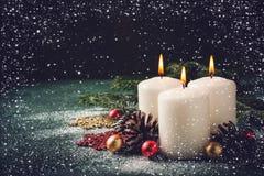 3 свечи и украшения рождества горящих на темной предпосылке бирюзы Стоковые Фото
